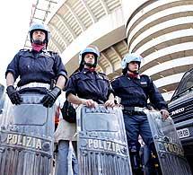 Poliziotti allo stadio