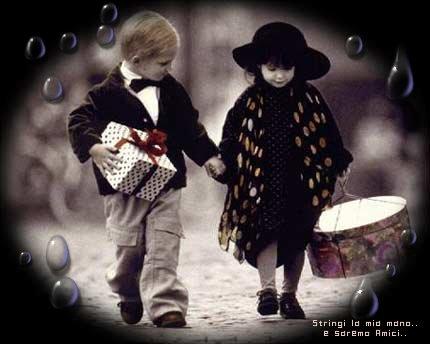 Amici mano nella mano